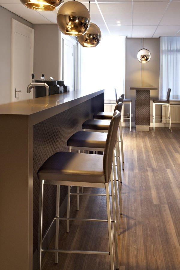 Interieurfoto kantoor Schaap Rotterdam - Modern/klassiek ingerichte bar met zit/statafels, Tom Dixon ronde hanglampen en eiken parket