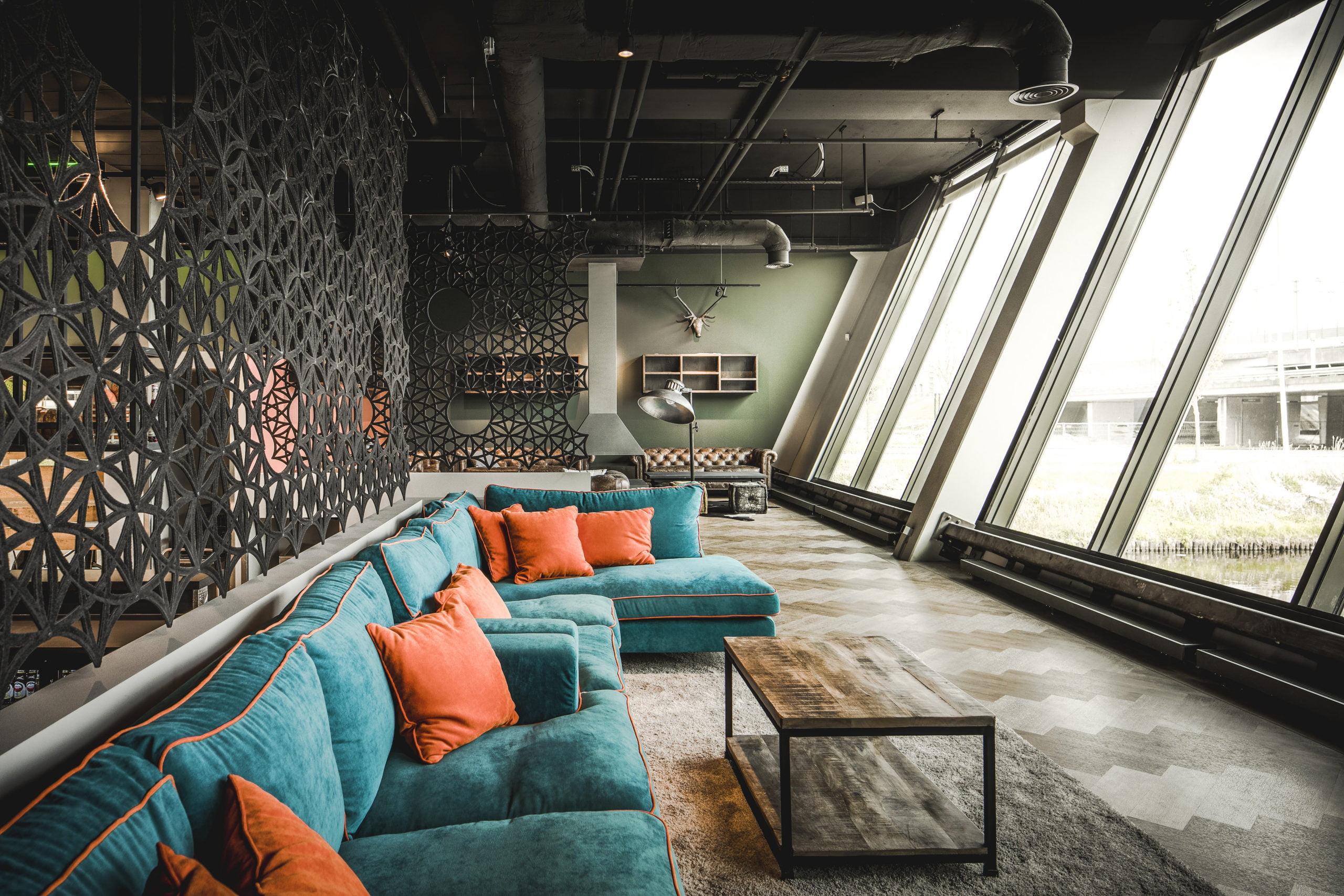 Interieurfoto kantoor Inwork Amsterdam - Akoestisch gordijn Airflakes als afscheiding  van de verhoogde vloer van de brasserie