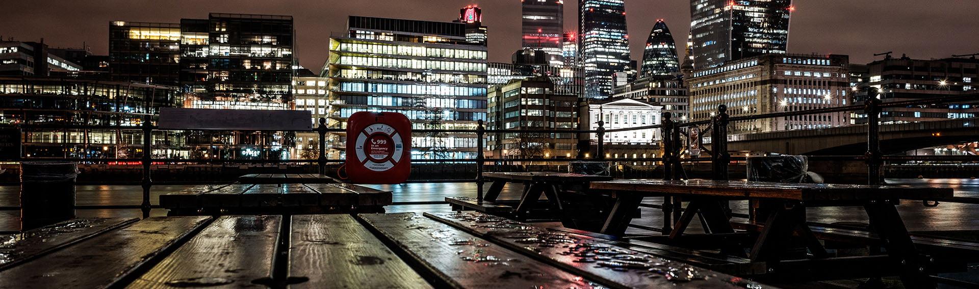Panorama nachtfoto aan de Thames in Londen - Skyline kantorengebied in Londen